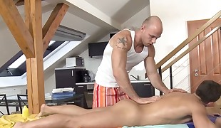 Male masseuse is delighting a bulky gay hairy man