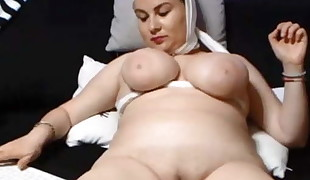 SAUDI ARABIAN WOMAN SHOWS HER Clean-shaved PUSSY